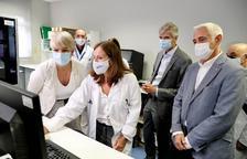 La visita al laboratorio de genética de la Vall d'Hebrón, ayer.