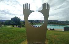 Una de les setze noves escultures de gran format estrenades ahir a l'Alma Parc d'Almacelles.