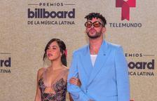El porto-riqueny Bad Bunny, amb la seua nòvia a la gala a Miami.