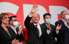 El socialdemòcrata Olaf Scholz, vencedor per la mínima de la nit electoral, acompanyat per la cúpula de la seua formació, ahir a la nit.