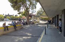Acompañantes de personas que acudieron ayer a Urgencias esperando fuera.