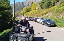L'alcalde de Bausen dirigeix el trànsit en un quad pel col·lapse de visitants