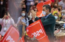 El president espanyol, Pedro Sánchez, enmig d'unes banderes del PSOE durant el congrés del partit el 17 d'octubre.