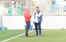 El entrenador, Gabri, con el presidente del Lleida, Jordi Esteve, durante el entrenamiento de ayer.