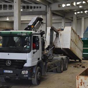 Un camión carga basura en Bellver para trasladarla a Andorra.