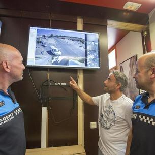 Els vigilants municipals, amb l'edil Daniel Rodríguez, al centre de control.