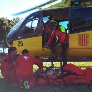 El helicóptero de los GRAE rescató al herido, que se hallaba en un lugar de difícil acceso.
