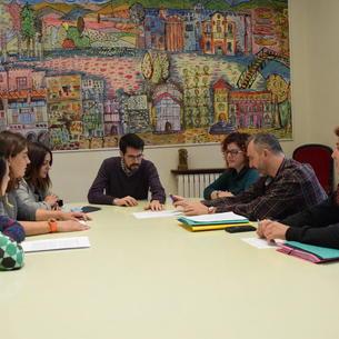Miembros de la comisión entregaron las firmas al alcalde de La Seu, Albert Batalla.