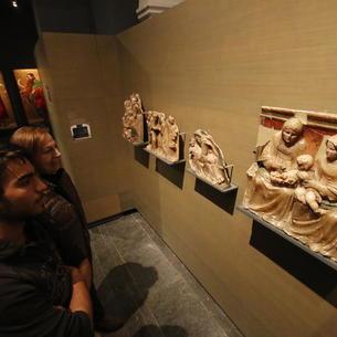 Visitantes del Museu la semana pasada ante obras de Sigena.
