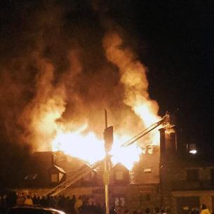 Les flames van cremar la teulada de l'hotel, en un succés que va causar expectació entre els veïns.