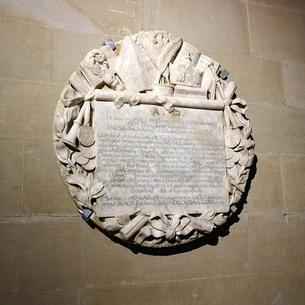 Placa del abad Jaume Caresmar, en el monasterio de Les Avellanes.
