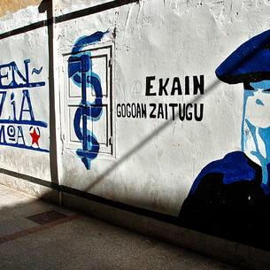 L'anagrama d'ETA en un mural a Hernani.