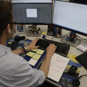 Un treballador de GFT, treballant des d'un despatx al seu domicili.