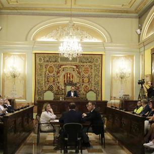 Distribució dels grups municipals al saló de plens - Als bancs de l'esquerra del saló de plens de la Paeria, durant la investidura de l'alcalde es van situar els grups del PSC (a baix), Cs i el PP (a dalt) i a la dreta, ERC (a baix), JxCat i ...