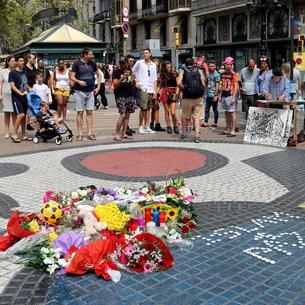 Un ramo de flores recuerda a las víctimas en Las Ramblas de Barcelona pocos días después del atentado..
