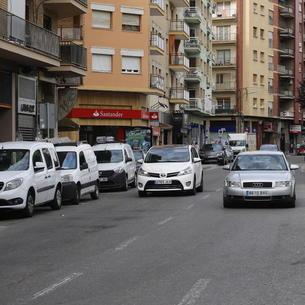 Imatge del carrer Lluís Companys amb dos turismes circulant en un únic sentit.