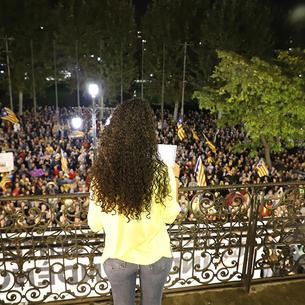 Imagen de Cafia Alisalem leyendo el manifiesto ante la multitud.