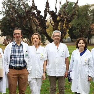 Foto de familia del equipo con miembros de los servicios de Anestesiología, Traumatología, Enfermería y Banc de Sang i Teixits.