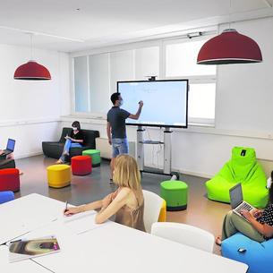 Un grup d'estudiants a la nova aula que ha habilitat la UdL a la facultat d'Educació.