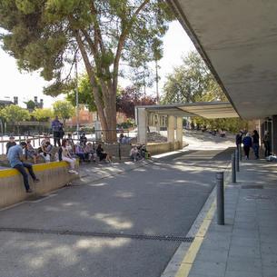 Acompanyants de persones que van anar ahir a Urgències, mentre esperen fora.