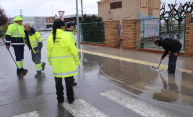 La carretera davant de l'institut de Mollerussa, inundada.