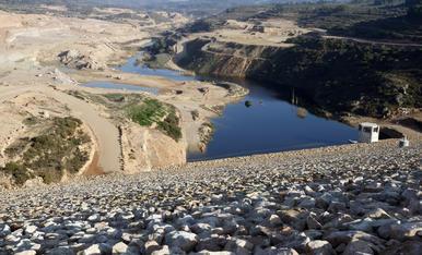 El agua ya inunda fincas de L'Albagés