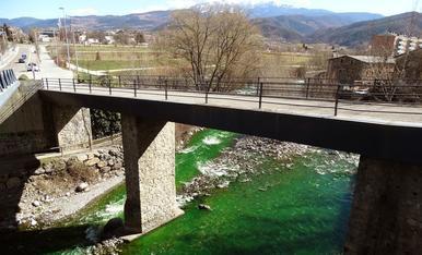 El riu Valira, tenyit de verd a La Seu d'Urgell
