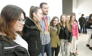Craviotto dóna nom al pavelló del seu institut