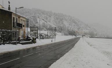 A mig matí de dissabte, encara seguia la nevada primaveral a Oliana, juntament amb una mica de boira. A la foto la sortida d'Oliana direcció a Ponts.
