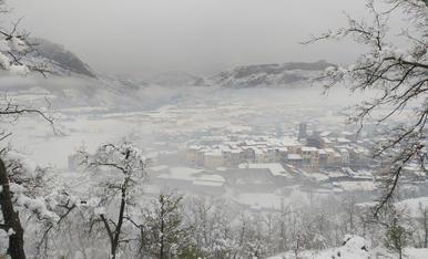 Al migdia de dissabte la nevada primaveral a Oliana ja anava a la baixa, però la boira baixa ocultava Oliana.