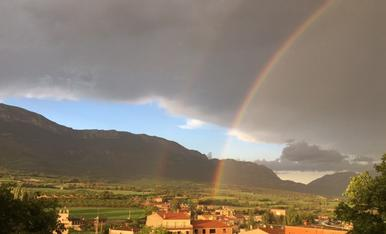 A l'abril, aigües mil. Després de l'aiguat d'avui, l'arc de Sant Martí s'aixeca sobre la verdor de la Vall d'Àger!