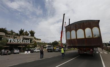 Maniobres per la retirada d'un antic 'tramvia'