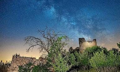 Aquest dissabte, el grup de fotografia nocturna ens vam desplaçar fins a les restes del castell d'Aguilar de Bassella, aprofitant que no hi havia lluna, vam poder gauidir d'una bona via làctea.