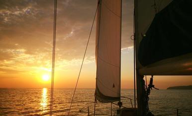 Al 2015 vam llogar un petit veler i vam fer una escapada de Mallorca a Menorca, durant una setmana, va ser una experiència diferent, aventurera i sense mareig