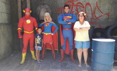 al flash, supergirl i superman shan afegit dos superherois lleidatans, lhugo i la seva mare estela que estava molt ficada al paper.(visita al parque warner de madrid)