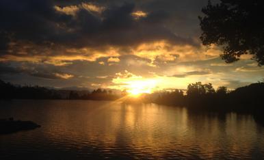 Surt el sol des del Refugi Josep Maria Blanc. Carros de Foc, Parc Nacional d'Aigüestortes i Estany de Sant Maurici