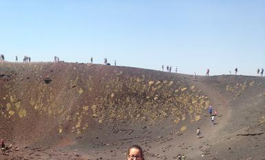 Passejant pel Volcà Etna a Sicilia.