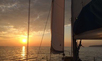 Navegant cap a Menorca, sense dormir però emocionats