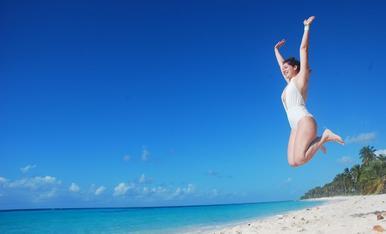 Fent salts d'alegria a la platja (la imatge de la felicitat)