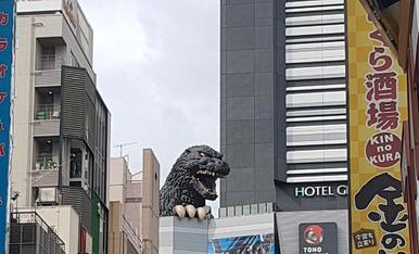 11.TOKIO  La gigantesca cabeza de Godzilla  en la terraza de la 8ª planta del Edificio Shinjuku Toho  al lado del hotel Hotel Gracery Shinjuku