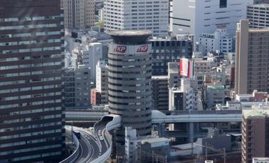 1.OSAKA  Salida Umeda de la autopista Hanshin que pasa por los pisos 5, 6 y 7 del edificio de oficinas de 16 plantas