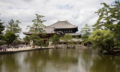 2.En NARA vista exterior del templo Todaiji donde se encuentra el Gran Buda de bronce  Daibutsu