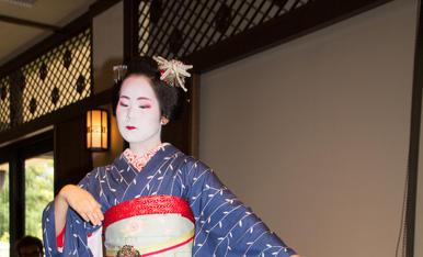 3.En KYOTO una Maiko estudiante para geisha nos deleitó con un baile