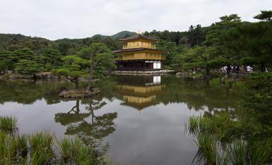 4.KYOTO Templo de Kinkakuji  más conocido por el pabellón dorado por las láminas de pan de oro que lo recubren