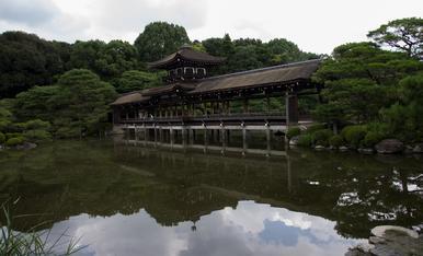 5.KYOTO  Los jardines de HEIAN  un largo puente cubierto que cruza el estanque (Taihei-kaku)