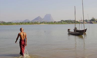 Moments de reflexió a la calurosa ciutat de Hpa-An, Myanmar.