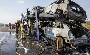 © Crema un tràiler amb cotxes a l'autovia