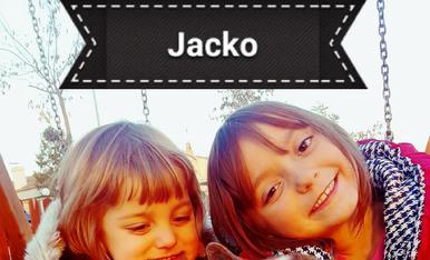 Us presentem al Jacko, fa 1 mes el vam adoptar. És molt carinyós i molt juganer, s'ho passa bomba amb les seves tates l'Abril i l'Aran.
