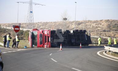 © Bolca un camió i obliga a tallar l'N-240 a Lleida