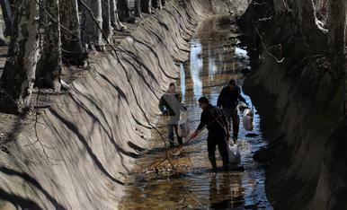 © Voluntaris netegen el Canal d'Urgell a Juneda